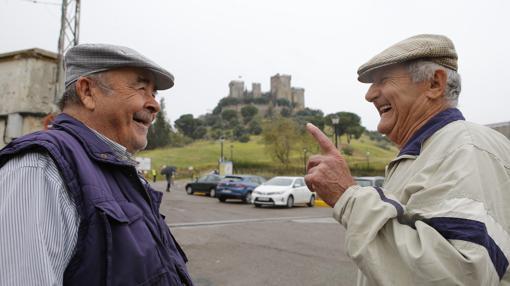 Dos vecinos de la localidad hablan frente al castillo