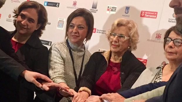 Ambrosio entre las alcaldesas de Barcelona y Madrid