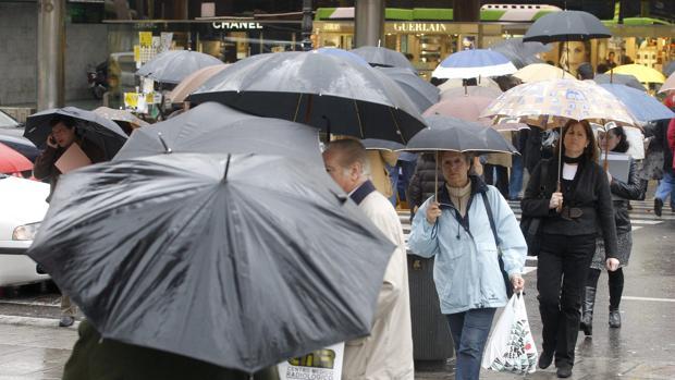 Gente con paraguas en el centro de Córdoba