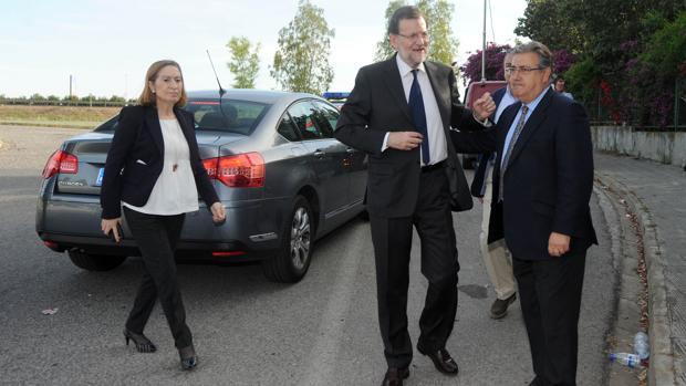 Rajoy y Zoido en una imagen de mayo de 2015, junto a la actual presidenta del Congreso Ana Pastor