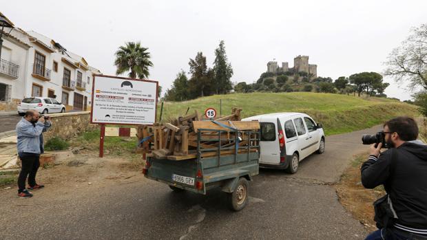 Una furgoneta cargada con «atrezzo» sube hacia el castillo