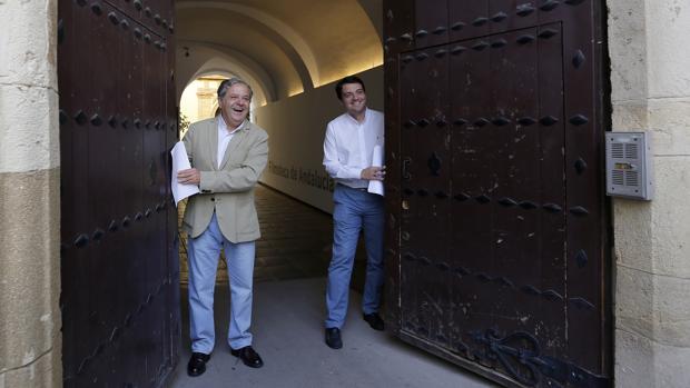 Salvador Fuentes y José María Bellido, en la puerta de la Filmoteca
