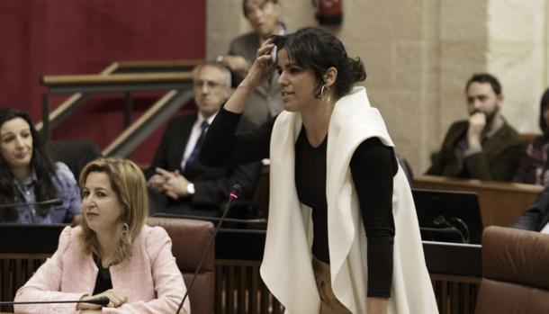 Teresa Rodríguez y Carmen Lizárraga, dos de las diputadas en liza, durante una sesión en el Parlamento