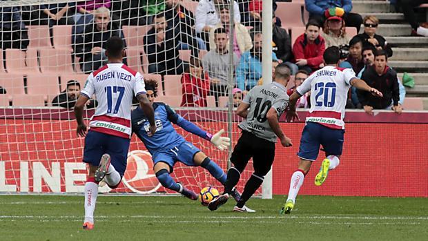 Momento en que el delantero rumano marca su gol al Granada