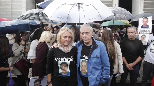 Los padres de Paco Molina durante la manifestación ayer en el Plan Renfe