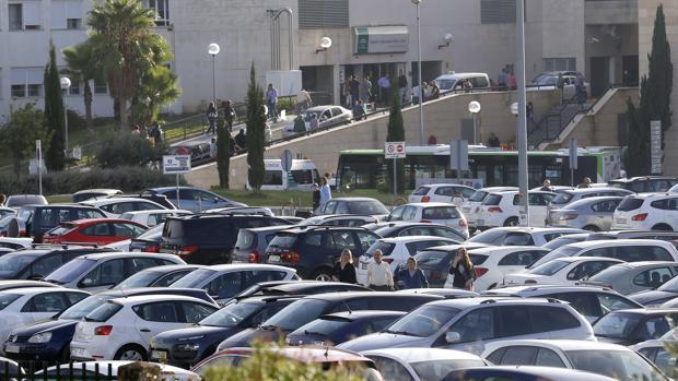 Vistas del Hospital Universitario Reina Sofía desde el apacarmiento