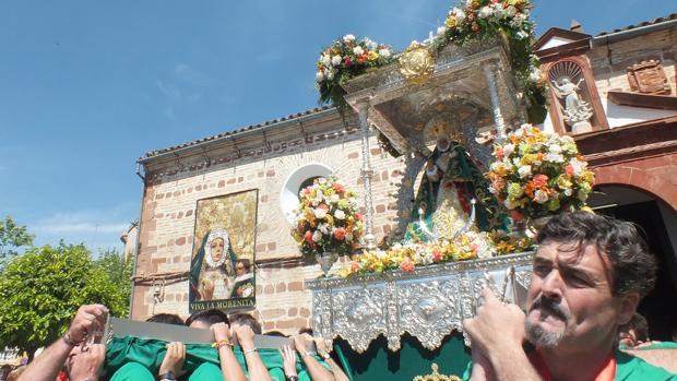 La Virgen de la Cabeza de El Carpio llevada siendo portada a hombros por sus fieles