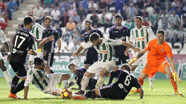 Rodri y Luso intentan en remate en el partido ante el Valladolid
