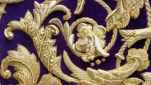 Detalles bordados de la túnica