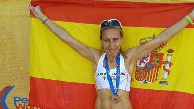 La atleta de Cabra Loli Jiménez, con una de las medallas y la bandera de España
