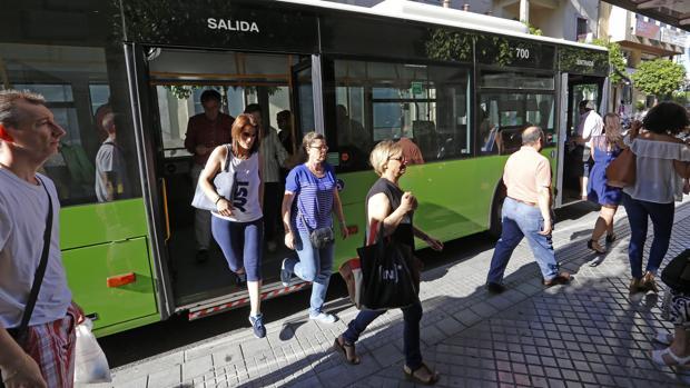 Viajeros bajan y suben de un autobús de Aucorsa