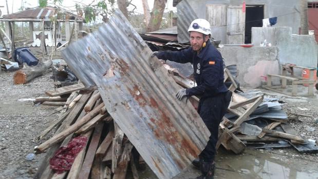 El bombero cordobés José Antonio Castro, durante su estancia en Haití
