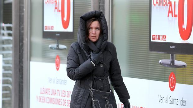 Una mujer se resguarda del frío en la capital cordobesa