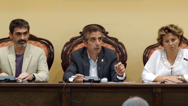 Juan Pérez, en el centro de la imagen, en un Pleno de Lucena