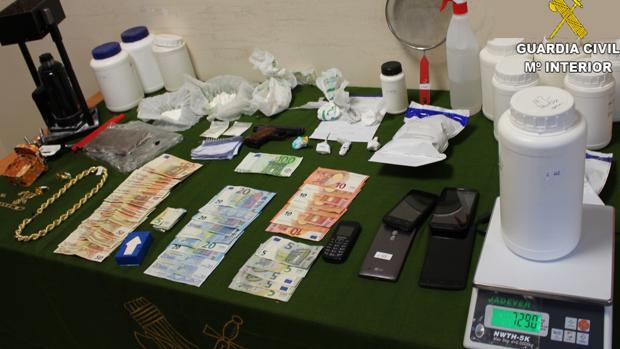 Dinero y objetos incautados en el laboratorio