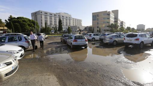 Aparcamiento del hospital con los edificios al fondo