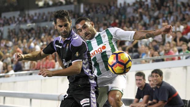 Samu de los Reyes forcejea en el partido ante el Valladolid en El Arcángel