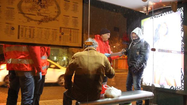 Voluntarios de Cruz Roja de Córdoba atienden a una persona