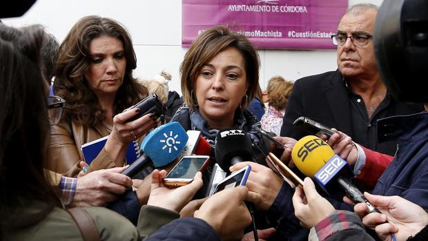 La alcaldesa, Isabel Ambrosio, atiende a los medios de comunicación