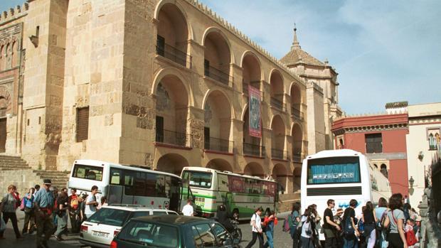 Autobuses de turistas aparcados en el entorno de la Mezquita-Catedral