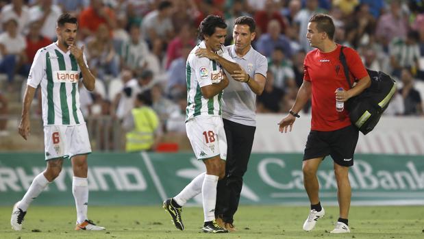 Pedro Ríos se retira del campo después de lesionarse junto al doctor Javier Bejarano
