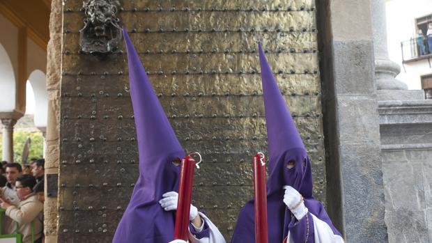 Nazarenos de la Agonía, en la Puerta de Santa Catalina