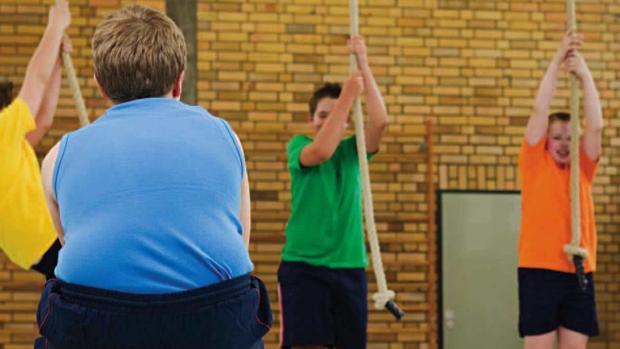 Un niño obeso en una clase de gimnasia
