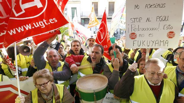 Trabajadores de Cosmos protestan en el Ayuntamiento