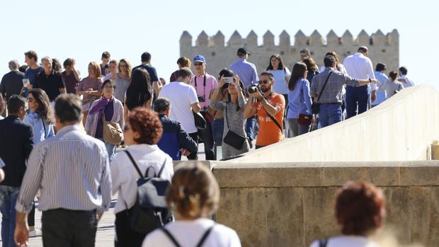 Turistas por el Puente Romano de Córdoba