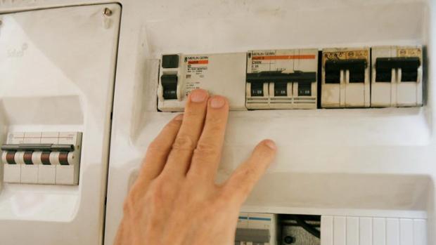 Un usuario manipula un contador de luz