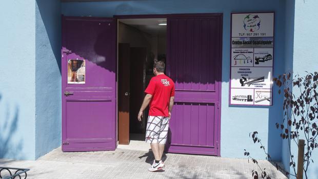 Un hombre entra en la sede de la Fundación Guadalquivir Futuro