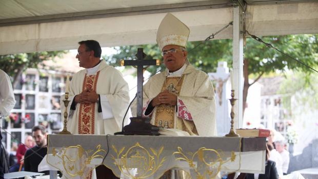 El obispo, durante una misa en el cementerio