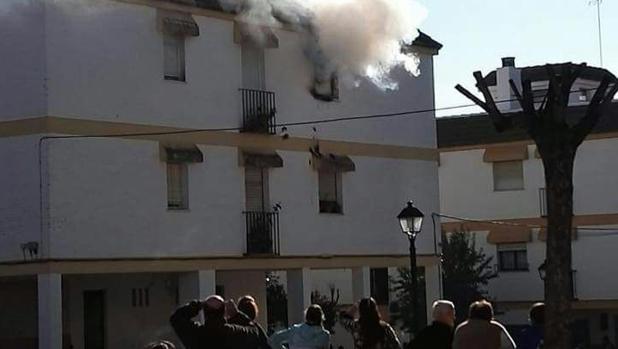 Piso en llamas en la urbanización Blas Infante de Cabra