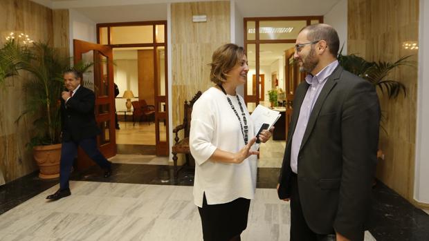 La alcaldesa habla con el delegado de Recursos Humanos, David Luque