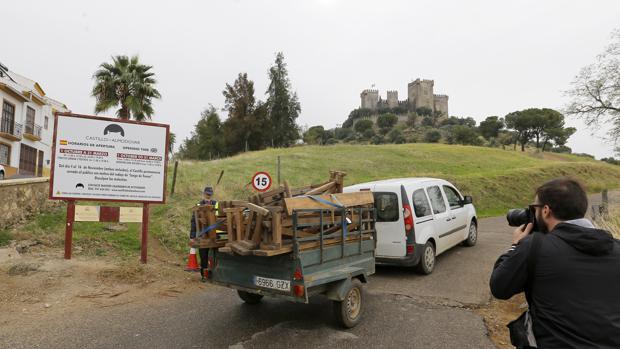 Traslado de equipos para los decorados al castillo de Almodóvar