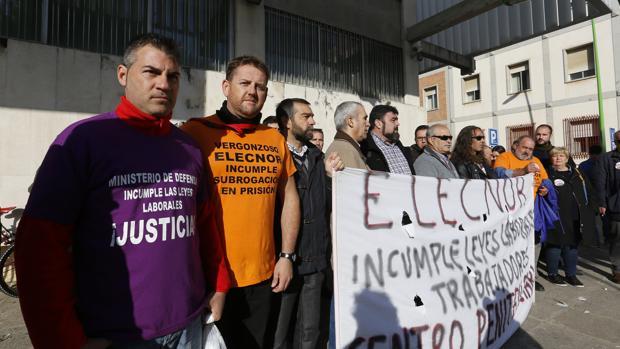 Concentración de extrabajadores del mantenimiento de la Prisión ante la Subdelegación
