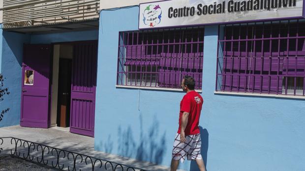 Un hombre pasa ante la sede de la fundación Guadalquivir Futuro