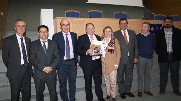 Entrega del premio de CECOMadera al representante de Sillas Ruiz y Sánchez