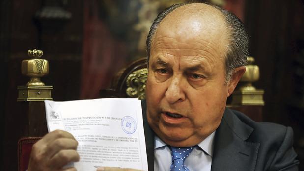 El exalcalde José Torres Hurtado, compareciendo en el Ayuntamiento de Granada antes de dejar el cargo