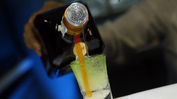 Una bebida de alta graduación en un botellón