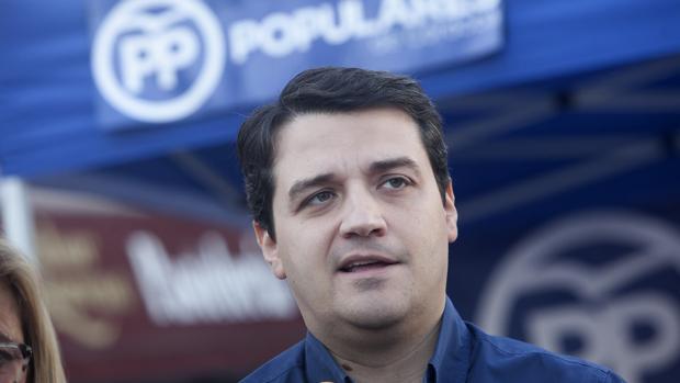 Rueda de prensa en la calle del portavoz popular José María Bellido