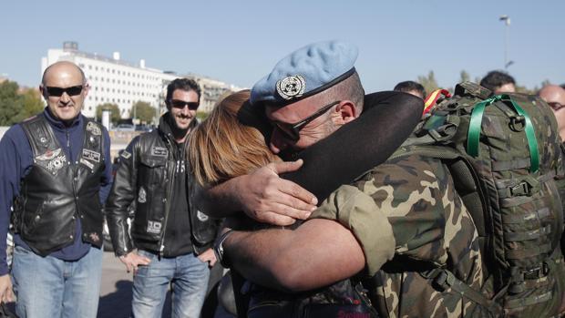 Un militar abraza a su pareja antes de partir hacia Líbano