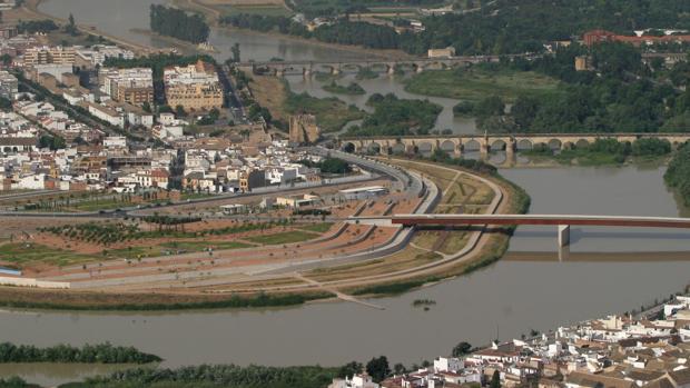El río Guadalquivir a su paso por la ciudad de Córdoba, en una imagen de archivo