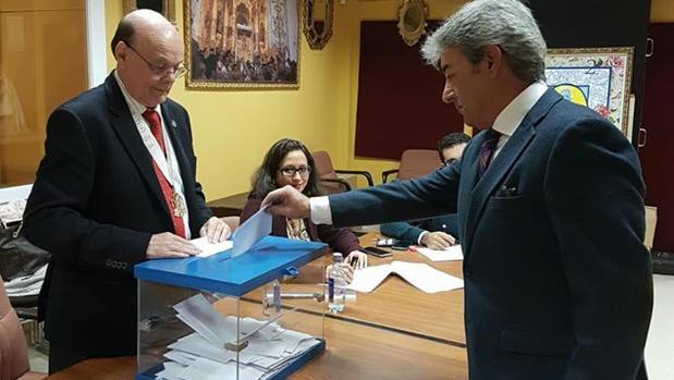 Manuel López, a la derecha, ejerce su derecho al voto