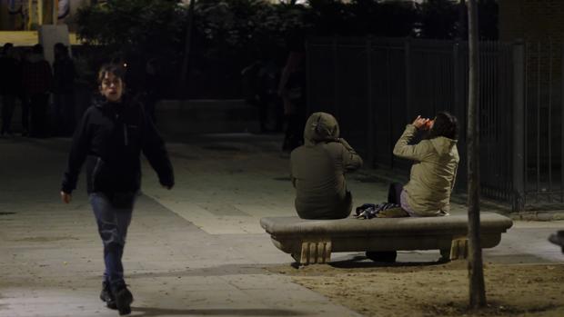 Dos jóvenes beben alcohol en la calle
