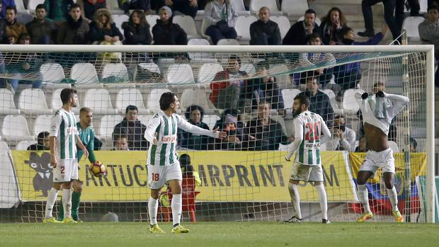 Los jugadores del Córdoba se lamentan tras recibir gol
