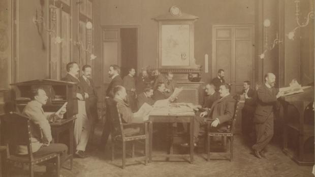 Redacción de Blanco y Negro (1899), presidida por su primera portada, de Díaz Huertas que aparece al fondo