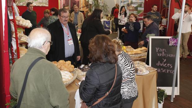 Público ante uno de los stands de la Feria de los Municipios