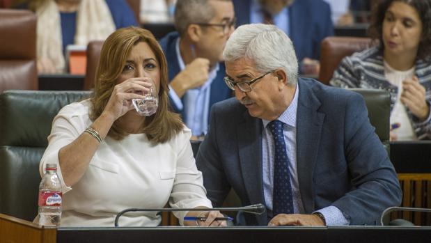 Susana Diaz, presidenta de la Junta, y Manuel Jimenez Barrios, en el Parlamento