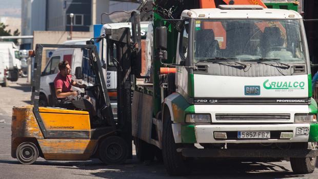 Un trabajador recoge mercancía de un camión en el polígono de La Torrecilla
